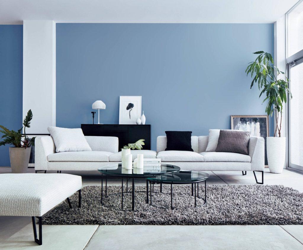 Modrý obývací pokoj s prvky bíle
