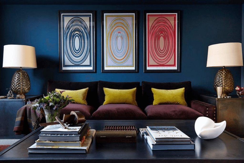 Tmavě modrý pokoj s bordó pohovkou