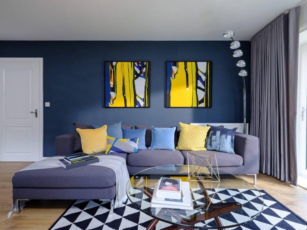 Modrožlutý obývací pokoj